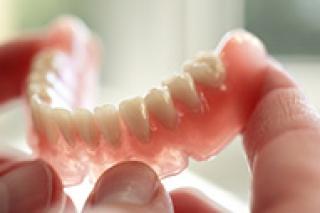 Implants, prothèses et hygiène dentaire des seniors
